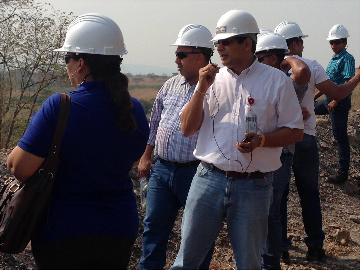 Armando Calvano, Director del Área de Compensación Ambiental, explica a los funcionarios las acciones ambientales que implementa Drummond Ltd.