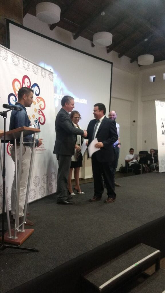 Alvaro Daza receives the recognition from the ARN