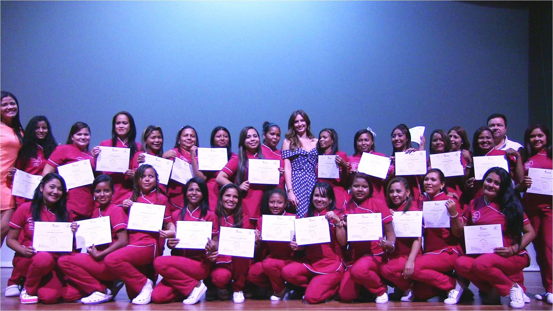 Mujeres de Ciénaga y Cordobita en el Teatro Cajamag Pepe Vives Campo, durante la ceremonia de clausura y la certificación del programa 'Belleza por un Furturo'.