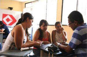 Familia recibiendo la valoración médica preventiva