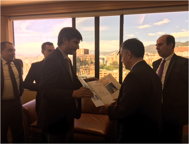 Representante de SGS en el momento en que le entrega las certificaciones al Presidente de Drummond Ltd. José Miguel Linares.