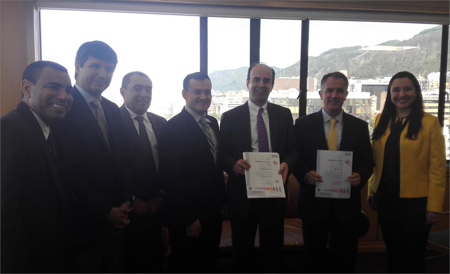 José Miguel Linares, presidente de Drummond Ltd,. y Alfonso Rubiano, Gerente de Planeación y Desarrollo de la División de Hidrocarburos de la compañía, reciben de parte de Ivan Domínguez y su equipo en SGS las certificaciones ISO 14001 y OHSAS 18001.