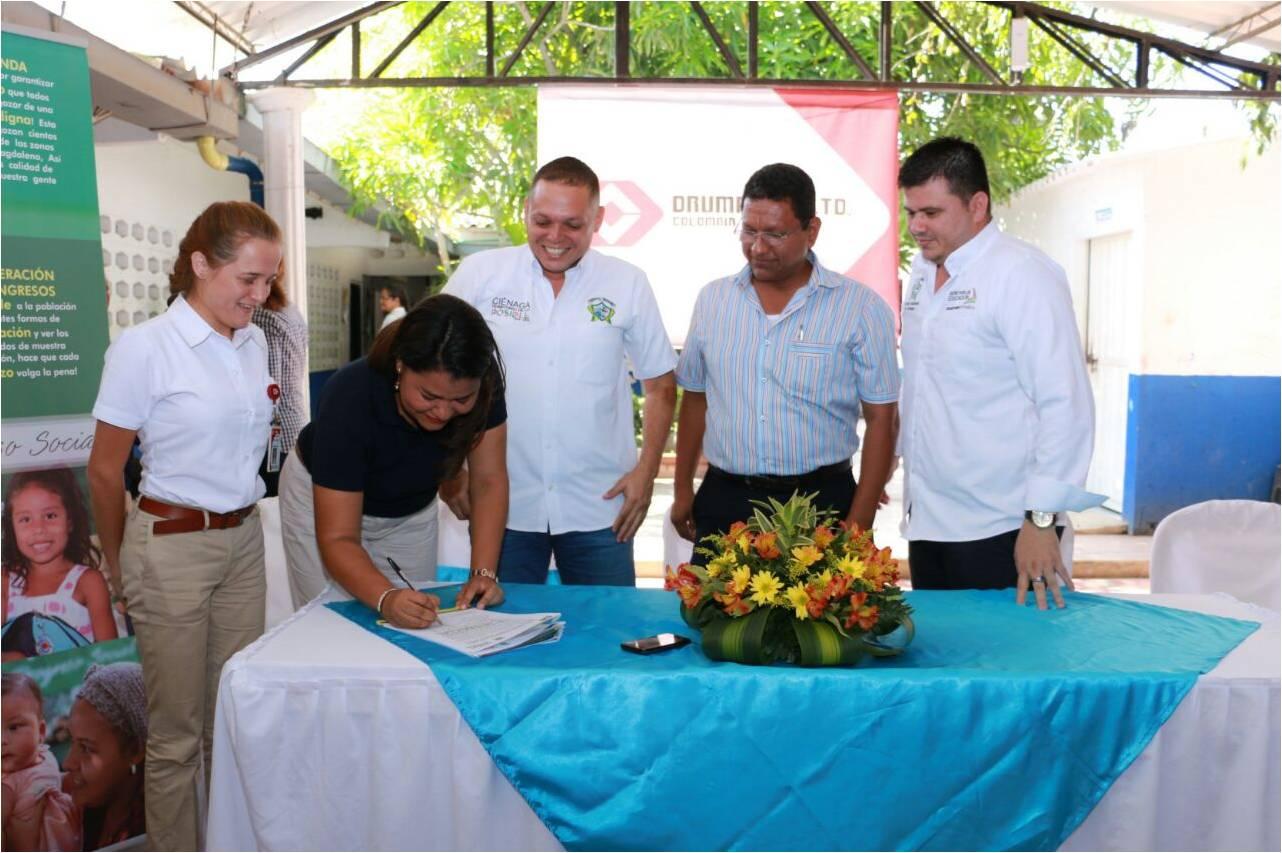 Momento en que los representantes de las diferentes entidades vinculadas al proyecto firman acuerdo para la ejecución de la obra.
