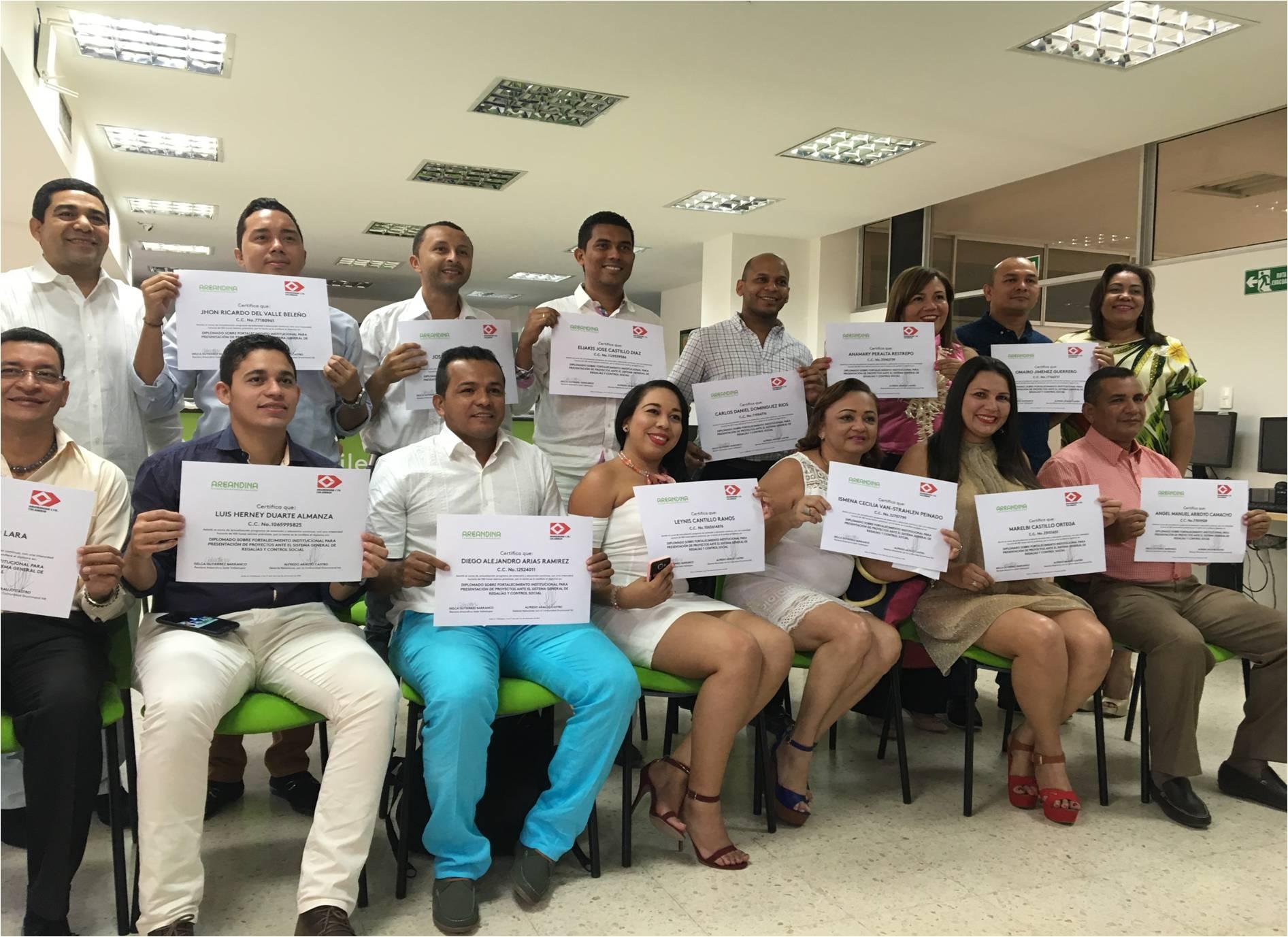 *Funcionarios de los diferentes municipios mineros posaron sonrientes con el diploma.