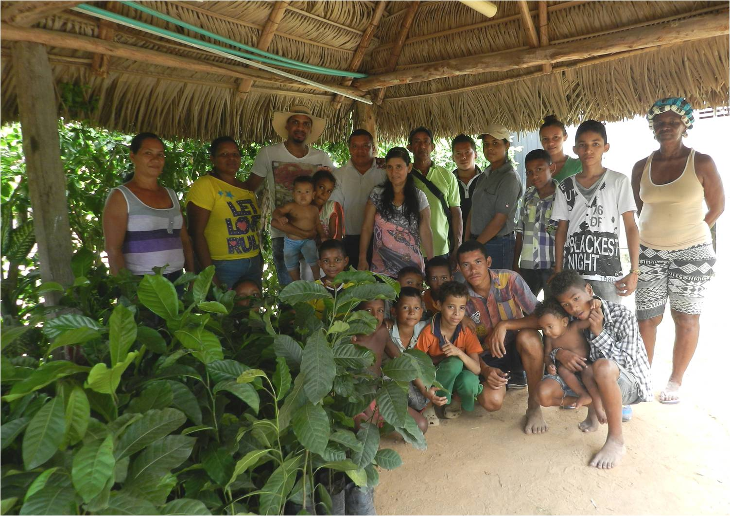 Equipo de Drummond Ltd., concejal y habitantes del barrio Álamos del Norte en la entrega de árboles en La Loma – Cesar.