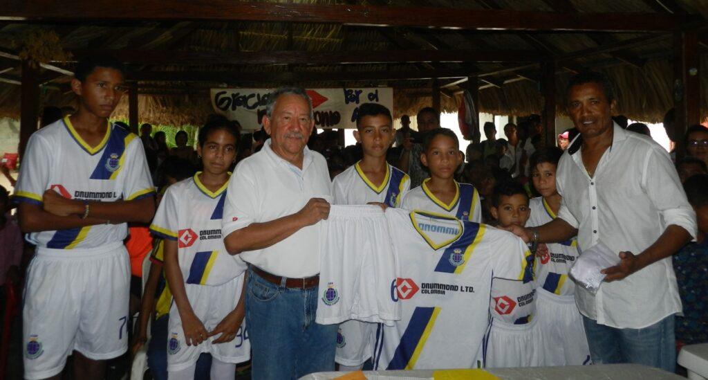 Rafael García Coordinador de Relaciones con la Comunidad de Drummond Ltd. en el Cesar junto con los niños de la Escuela de Fútbol y Franco Mojica fundador de la escuela que lleva su nombre.