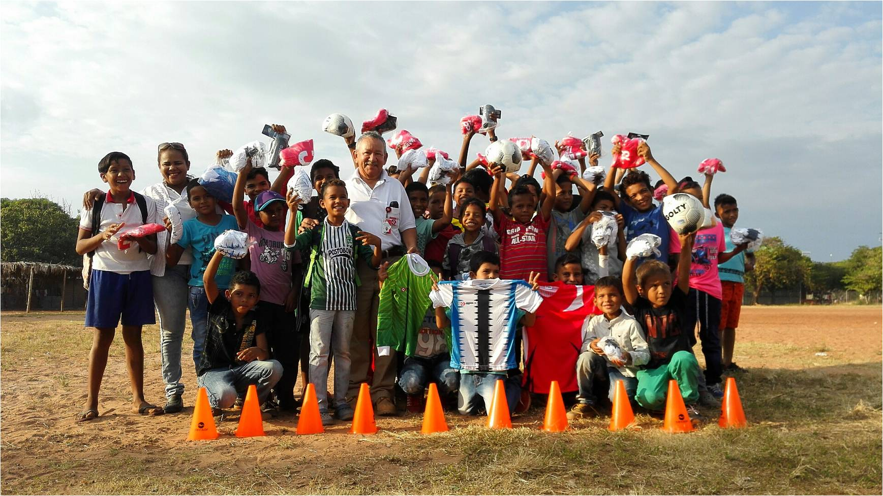 * Rafael García, Drummond Ltd.'s Coordinator of Community Relations in Cesar, together with the children of the sports foundations of the corregimiento of La Loma