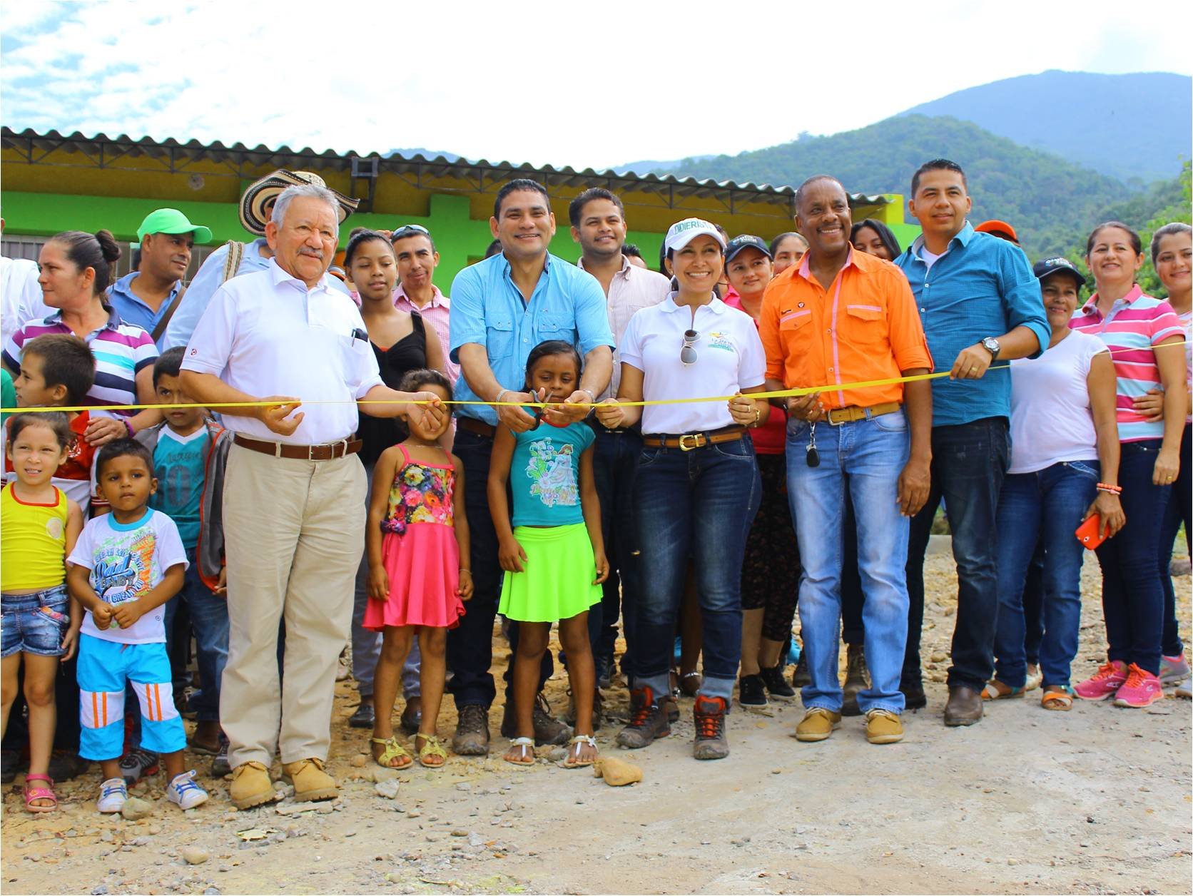Rafael Garcia, Coordinator of the Community Relations Department, and the Mayor of La Jagua de Ibirico, Didier Lobo, inaugurate the school for the community of Las Animas