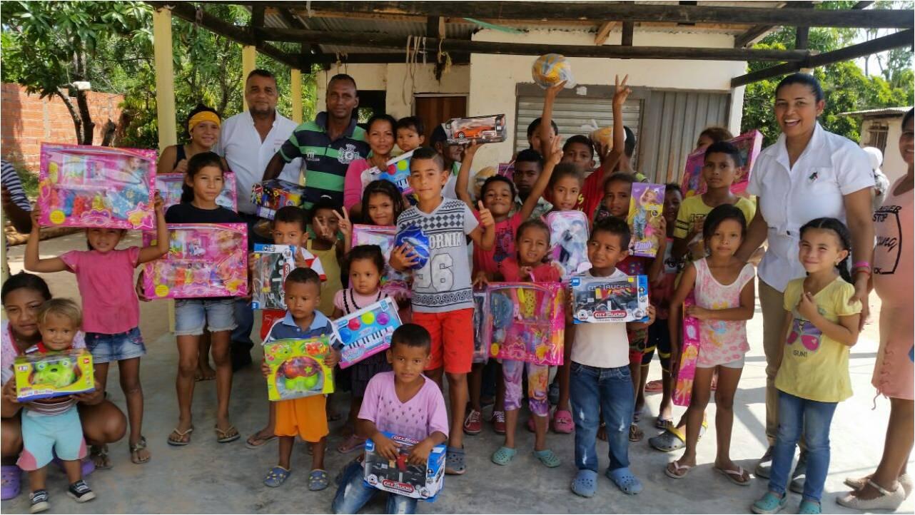 *Niños del barrio La Esperanza de la comunidad de La Aurora en la entrega de regalos de Navidad.