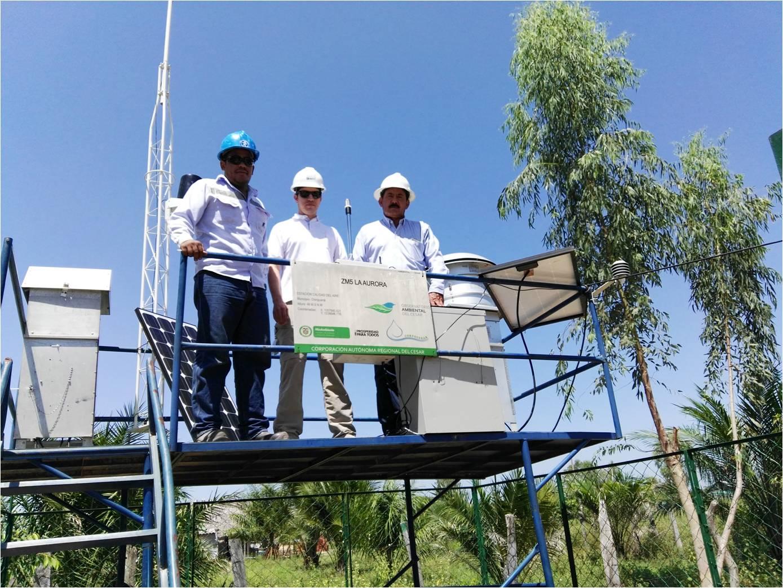 Funcionarios de Corpocesar y Drummond Ltd., en la entrega de equipos de medición de calidad de aire