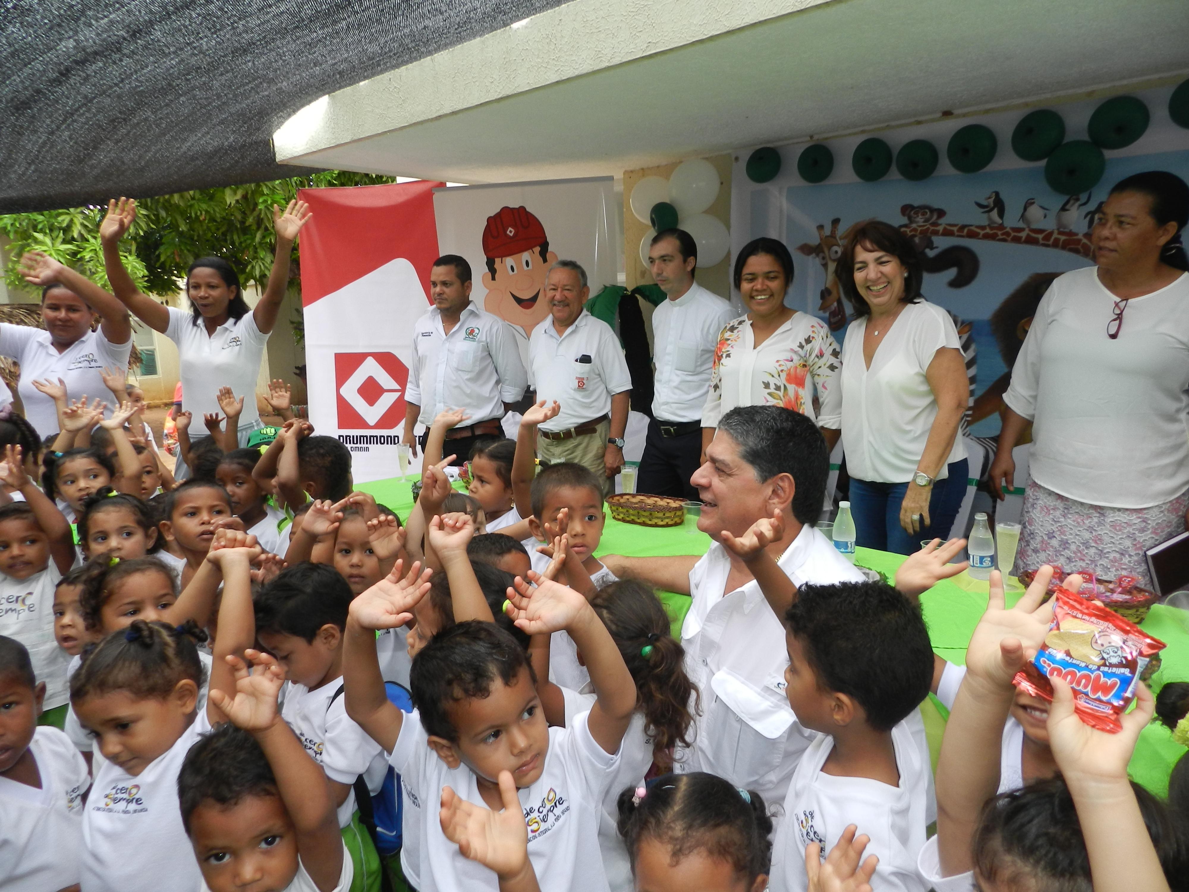 *Funcionarios de Drummond Ltd., comparten con niños del CDI Mis Primeros Días y Mis Primeros Pasos en la inauguración de obras.