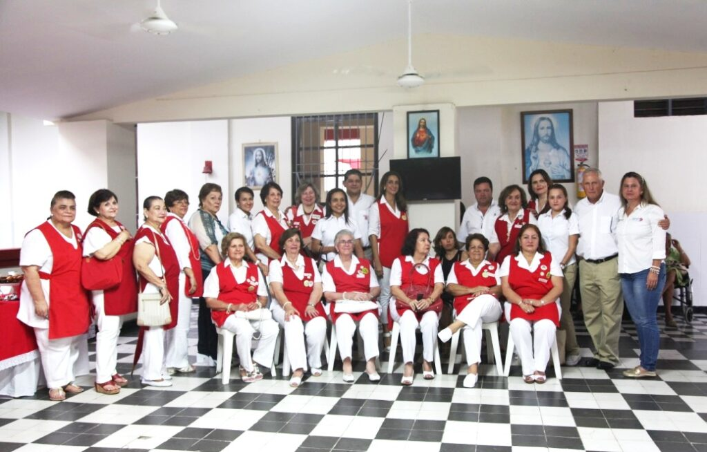 The Social Volunteers who work at the Sagrado Corazón de Jesús nursing home along with the home's director, Sonia Sánchez, and representative of different departments from Drummond Ltd.