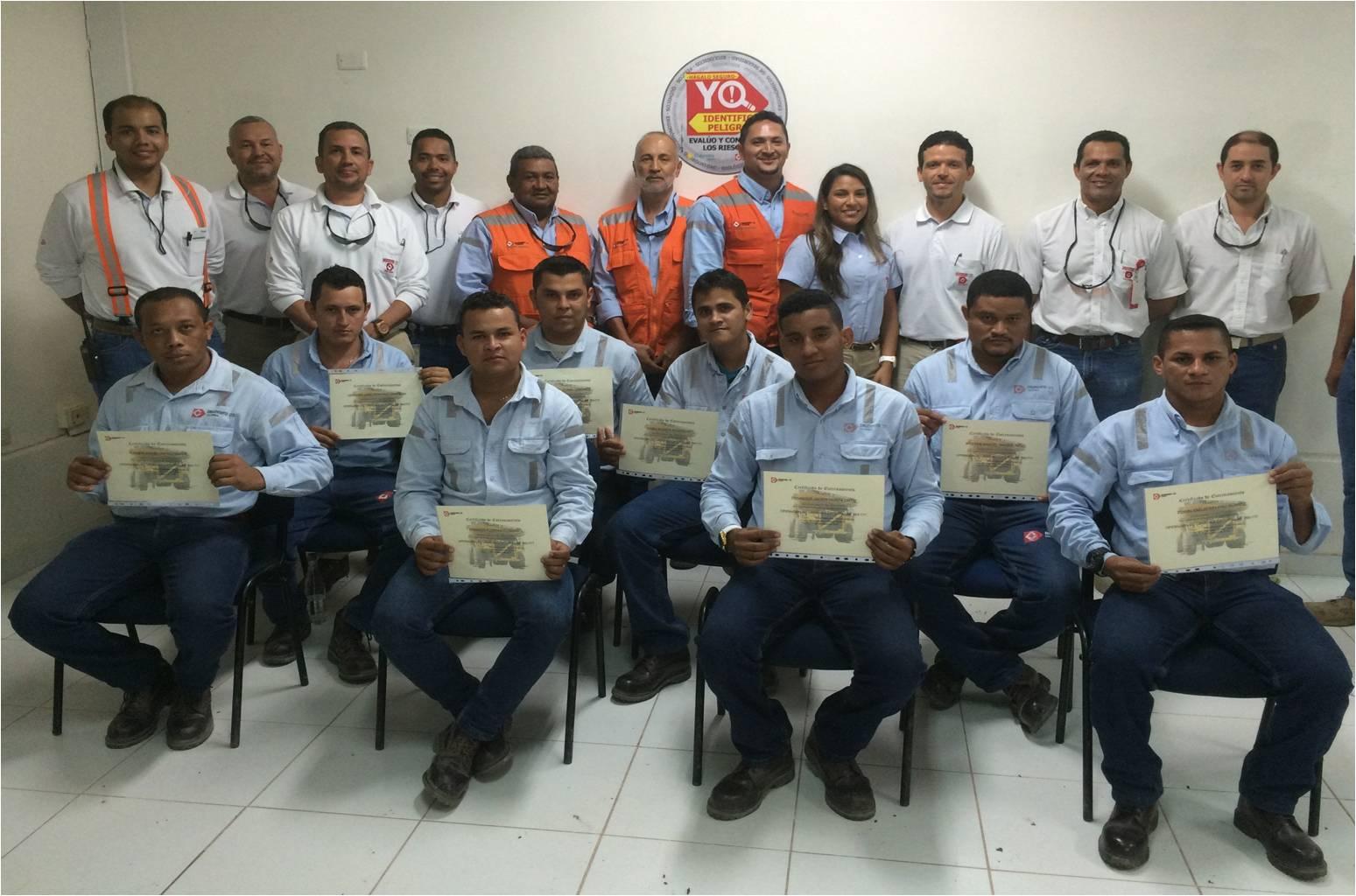 Parte del grupo de aprendices de camión minero certificados por la Compañía