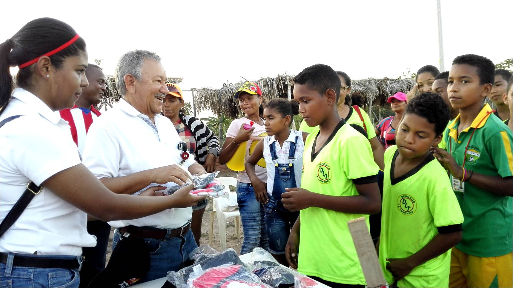 Rafael García, Drummond Ltd.'s Coordinator of Community Relations handing out kit to the boys of Sporting Chiriguaná