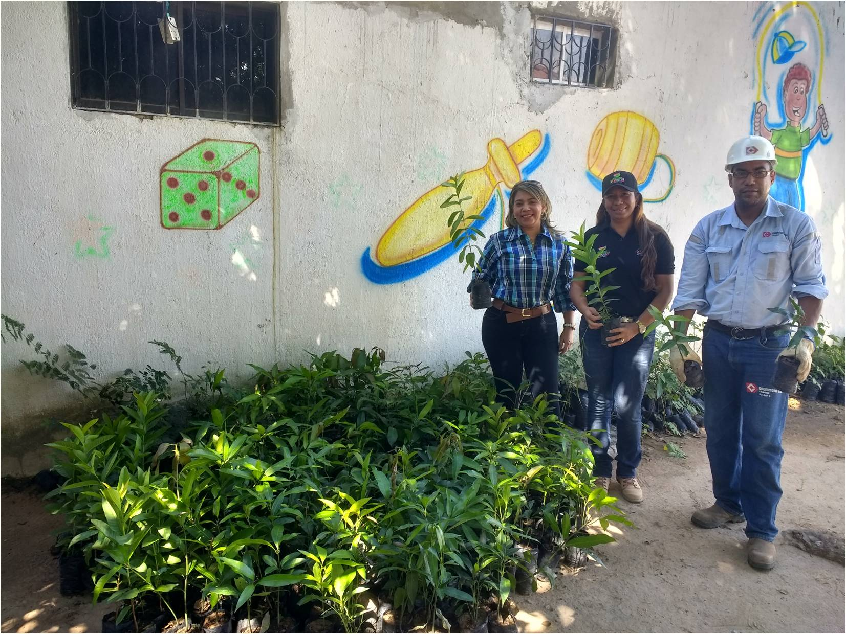 *En la foto La Alcaldesa de La Jagua de Ibirico Yarceli Rangel, la Secretaria de Medio Ambiente Ranmisol García y el auxiliar ambiental de Drummond Ltd. Julio Hernández.
