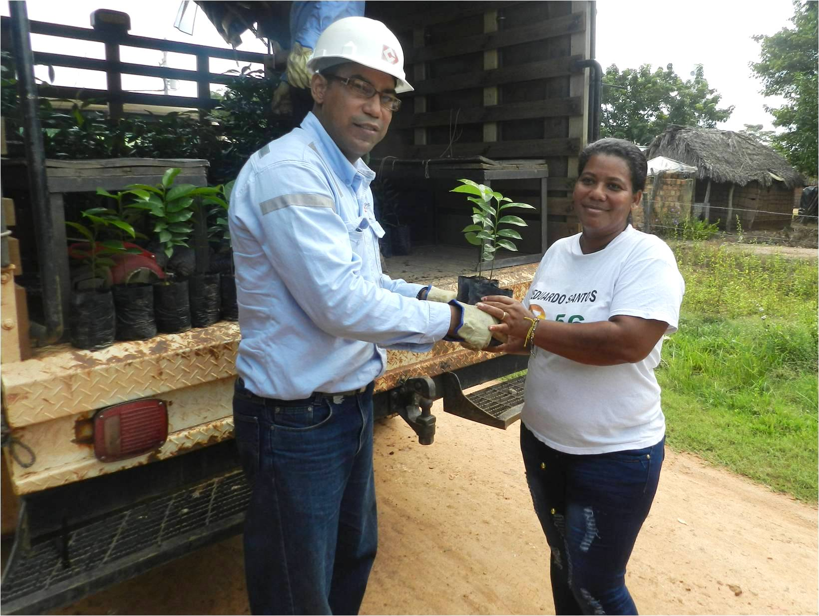 *The President of the Community Action Board in the La Esperanza neighborhood, Bety Mejia Gamarra, with Julio Cesar Hernandez, Environmental Assistant at Drummond Ltd.