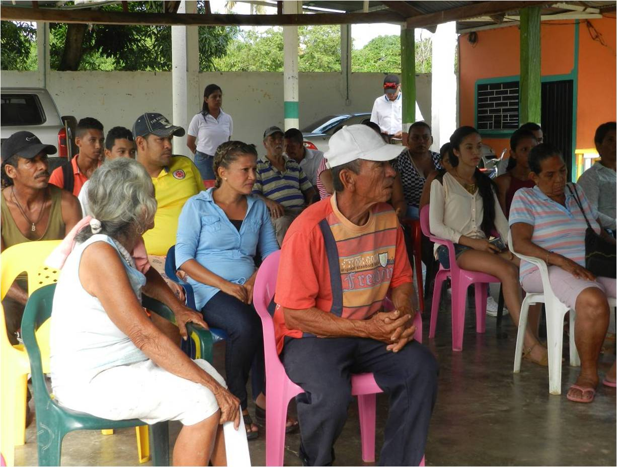 Drummond Ltd. representatives present the socialization of the project to improve the water service to La Aurora inhabitants.