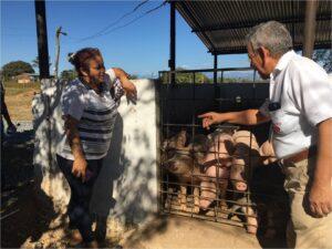 In the photo: Digna Emérita Reales Díaz, representative of the ASPROSEMBO association, and Engineer Rafael Antonio García, coordinator of Drummond Ltd.'s Community Relations Department.