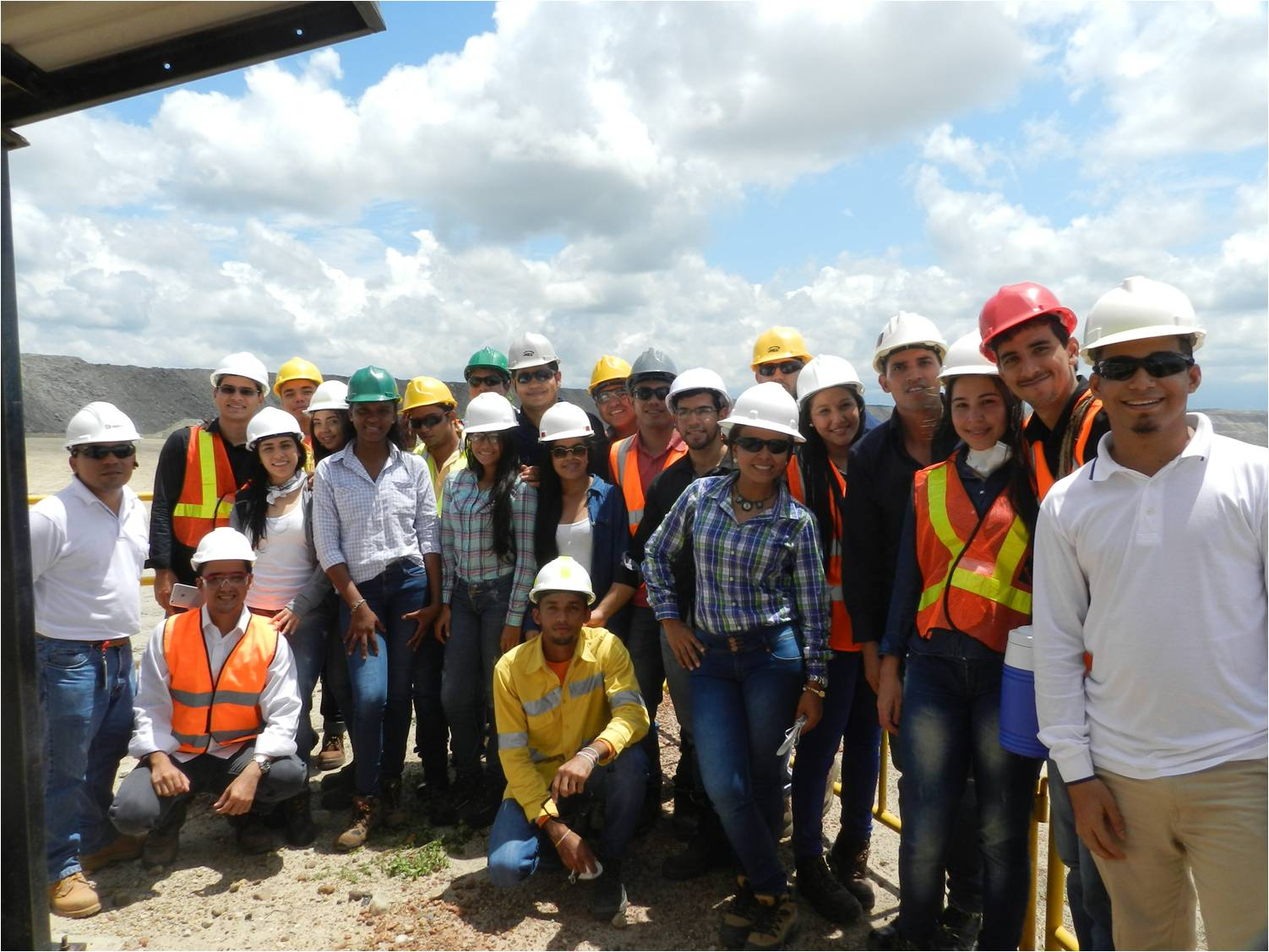 *Estudiantes de Ingeniería de Minas de la Fundación Universitaria del Área Andina en compañía de personal administrativo de Drummond Ltd. en el mirador Rampa 7.