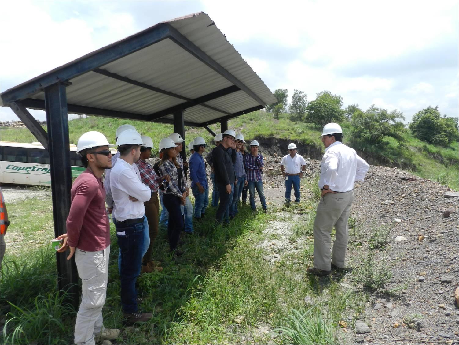 *Estudiantes de la Universidad Nacional recibiendo información sobre el embalse El Paujil.